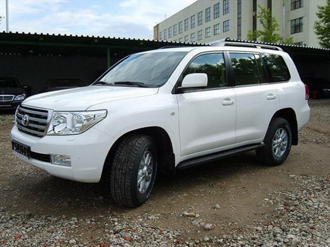 Toyota Land Cruiser 200 или Nissan Patrol